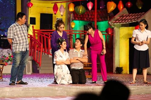 Trường Giang bất ngờ khi được Nhã Phương ôm hôn trên sân khấu 9