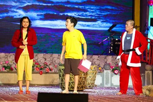 Trường Giang bất ngờ khi được Nhã Phương ôm hôn trên sân khấu 10