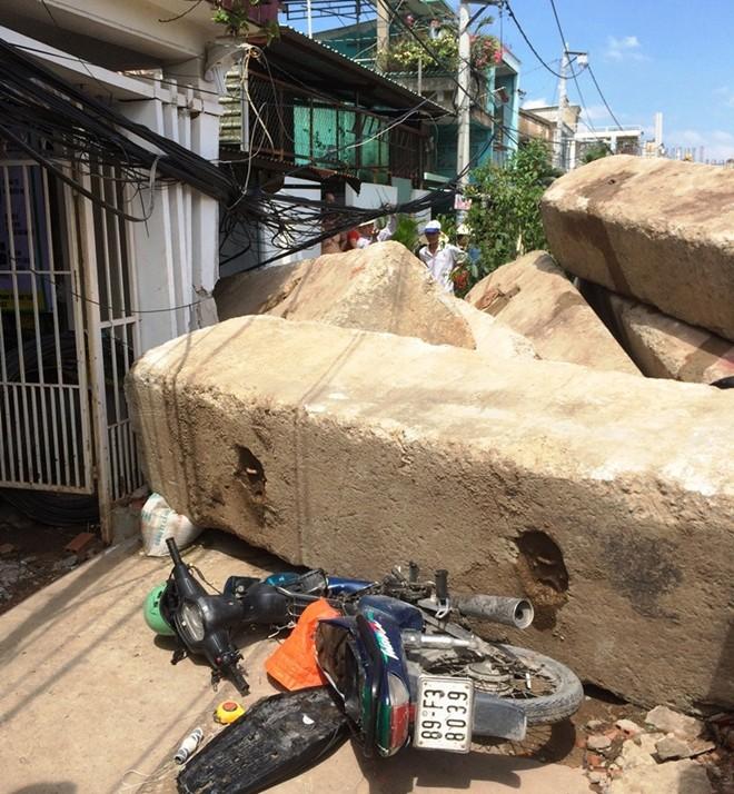 10 khối bê tông nặng hàng chục tấn lăn vào nhà dân, đè bẹp 5 xe máy 1