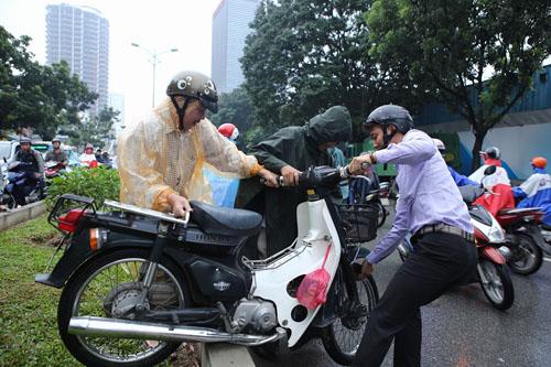Hà Nội: Tắc đường nghiêm trọng, người dân bê xe qua dải phân cách 1