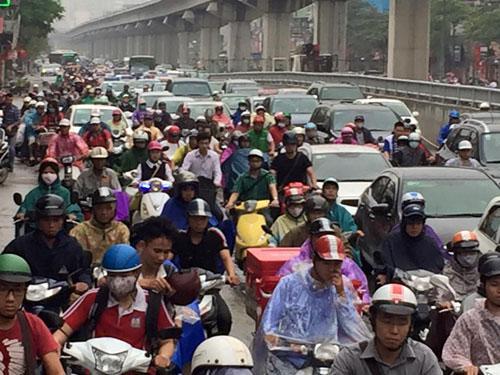 Hà Nội: Tắc đường nghiêm trọng, người dân bê xe qua dải phân cách 4
