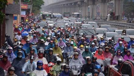 Hà Nội: Tắc đường nghiêm trọng, người dân bê xe qua dải phân cách 5