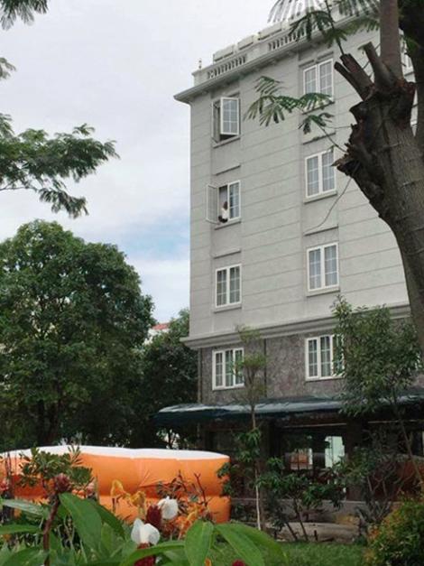 Giải cứu cô gái Hàn Quốc định nhảy lầu từ tầng 4 khách sạn 1