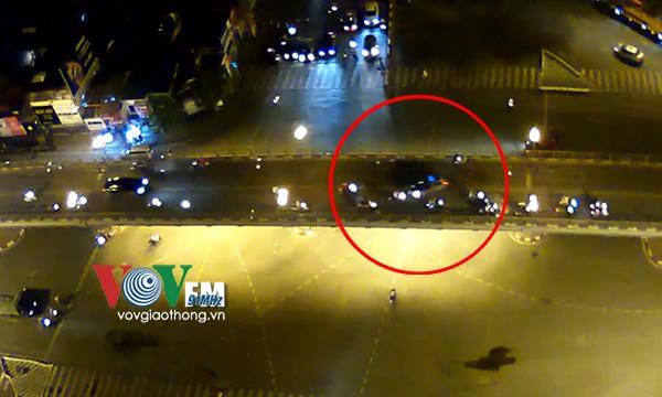 Clip: Tài xế taxi hoảng loạn nhảy khỏi cầu sau tai nạn 1