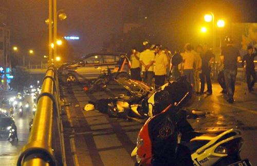 Hé lộ nguyên nhân taxi đâm hàng loạt xe trên cầu vượt ở Hà Nội 1
