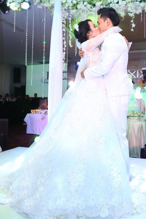 Văn Anh - Tú Vi hôn nhau say đắm trong đám cưới 2