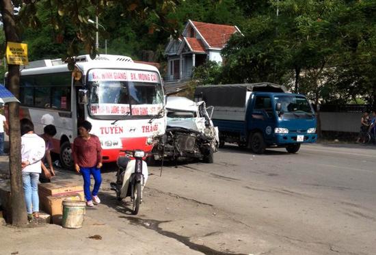 Quảng Ninh: Hai ô tô đối đầu, tài xế nguy kịch 1