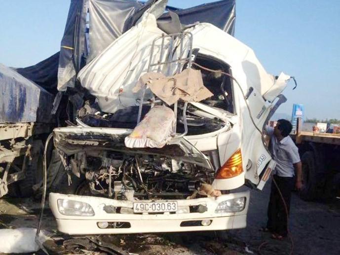 Tai nạn giao thông, thi thể phụ xe bị mắc kẹt trong cabin 1