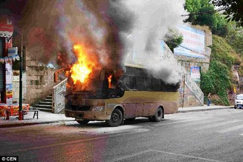 Xe bus bốc cháy dữ dội vì bị đầu bếp ném trúng bình ga đang cháy  1