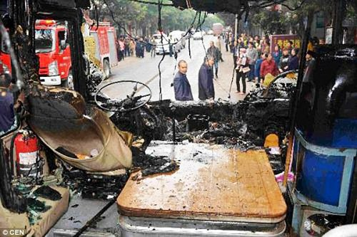 Xe bus bốc cháy dữ dội vì bị đầu bếp ném trúng bình ga đang cháy  2