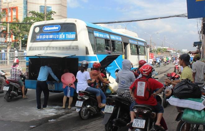 Sài Gòn: Xe bus bốc cháy, 40 hành khách tháo chạy