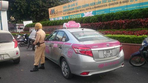Hình ảnh Tài xế taxi giật đứt khuy áo CSGT vì bị bắt đi ngược chiều số 1