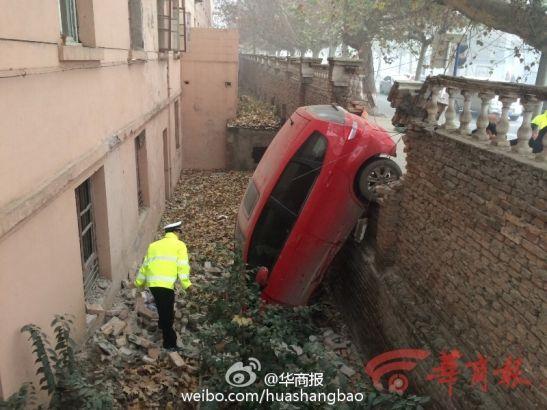 Trung Quốc: Xe ô tô đâm vỡ tường, rơi xuống hố vì sương mù dày đặc 4