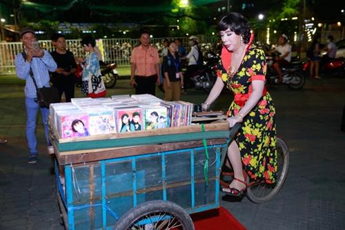 'Bà tám' Long Nhật diện váy hoa làm náo loạn sự kiện 3