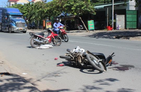 Tai nạn giao thông, người phụ nữ bị xe tải cán nát tay, chân 1