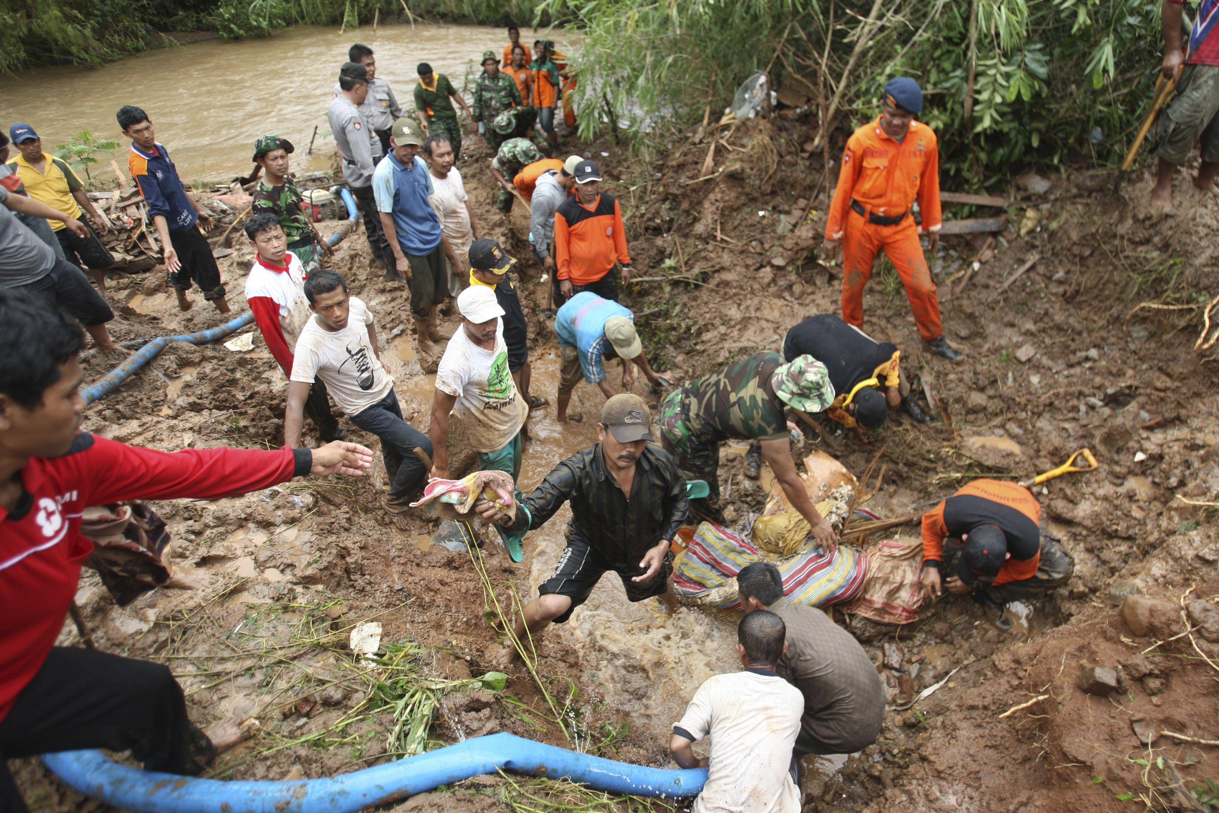 Lở đất khiến 18 người thiệt mạng ở Indonesia 1