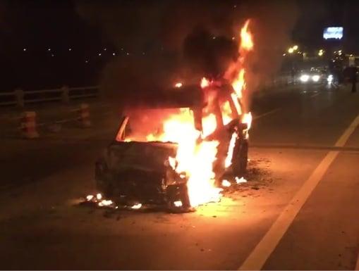 Hình ảnh Hà Nội: ô tô bốn chỗ bốc cháy dữ dội trên cầu Thanh Trì số 1