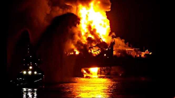 Video: Giàn khoan dầu bốc cháy, 32 công nhân thiệt mạng 2
