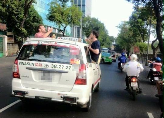 Du khách Tây nhậu trên nóc xe taxi đang chạy ở Sài Gòn 1