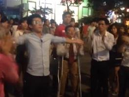 """Tranh cãi gay gắt về clip """"đa cấp tràn xuống phố đi bộ Nguyễn Huệ"""" 1"""
