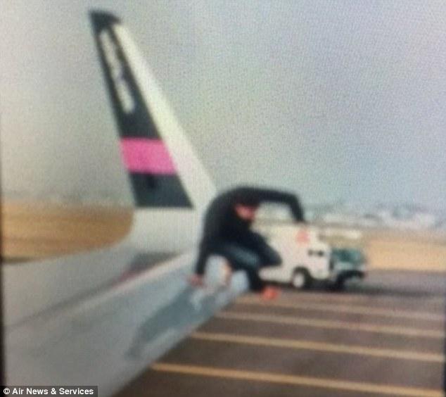Hành khách hét lên 'có bom' rồi nhảy khỏi máy bay 1