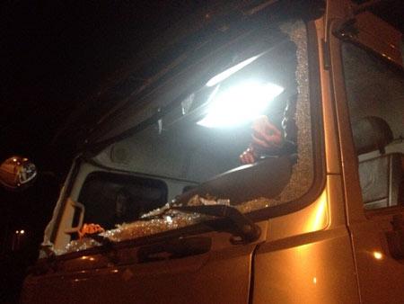 Xe tải lưu thông trên cao tốc Nội Bài - Lào Cai bị ném đá 1