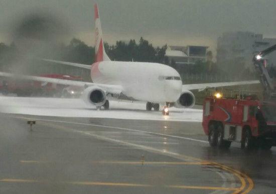 Trung Quốc: Lính cứu hỏa phun đầy bọt lên nhầm máy bay 3