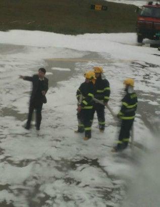 Trung Quốc: Lính cứu hỏa phun đầy bọt lên nhầm máy bay 4