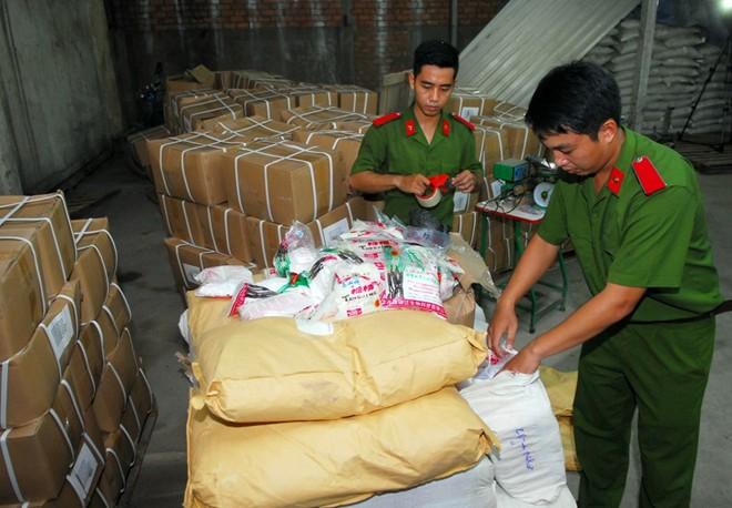 5 tấn đường hóa học nghi sản xuất trái phép bị phát hiện 1