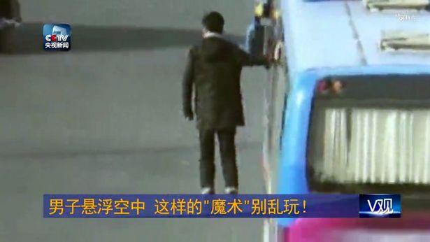 Sự thật người đàn ông 'bay' lơ lửng cùng xe ô tô gây náo loạn đường phố 1