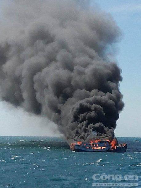 7 thuyền viên nhảy xuống biển thoát khỏi tàu bốc cháy 1