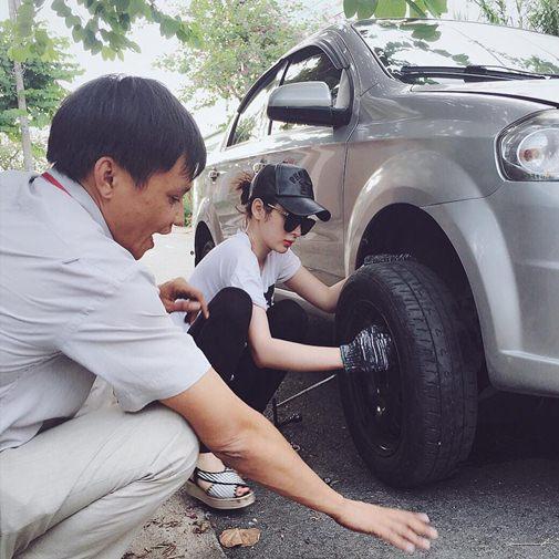 Angela Phương Trinh sửa xe ô tô rất chuyên nghiệp 1