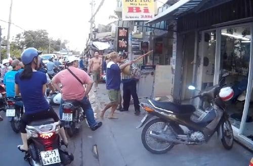 Video: Ăn trộm xà bông, đôi nam nữ bị chủ cửa hàng cầm chổi đánh liên tiếp 1
