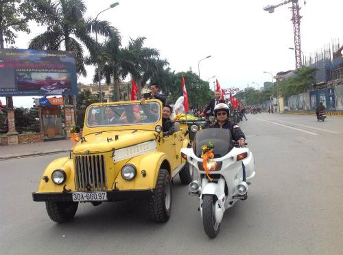 Đám cưới bằng dàn xe Jeep độc đáo trên đường phố Hà Nội 2