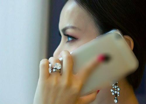 Em gái tỷ phú Cẩm Ly xuất hiện ấn tượng với nhẫn kim cương triệu USD 1