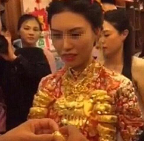 Cô dâu đeo chục kg vàng trong ngày cưới gây xôn xao 1