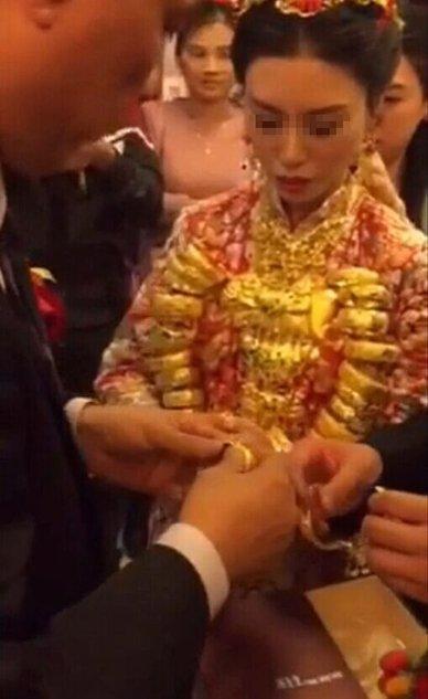 Cô dâu đeo chục kg vàng trong ngày cưới gây xôn xao 2