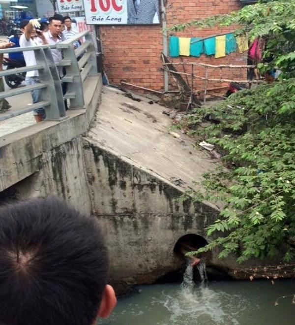 Cô gái chui vào cổng nước thải la hét bất thường 1