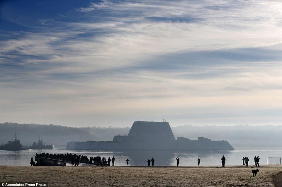Quái vật tàng hình của hải quân Mỹ lần đầu tiên 'bơi' ngoài biển 4