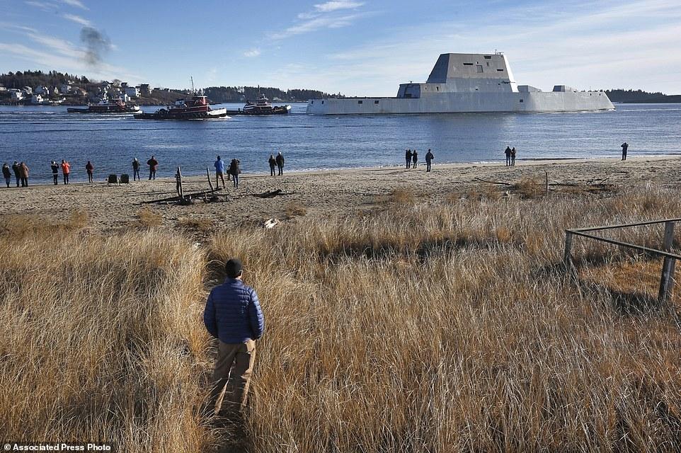 Quái vật tàng hình của hải quân Mỹ lần đầu tiên 'bơi' ngoài biển 6