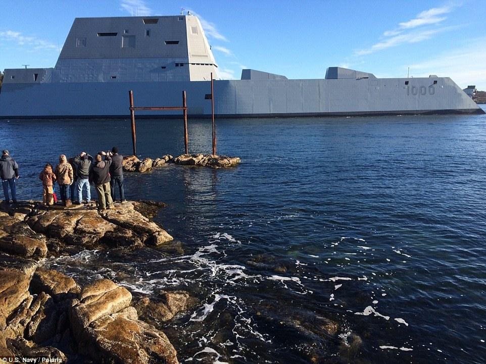 Quái vật tàng hình của hải quân Mỹ lần đầu tiên 'bơi' ngoài biển 7