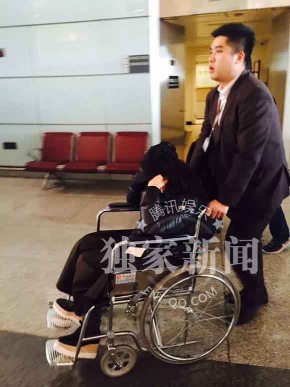 Lý Băng Băng kiệt sức ngồi xe lăn sau khi nhập viện 1