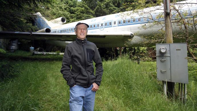 Sống một mình trong chiếc máy bay cũ giữa rừng 1