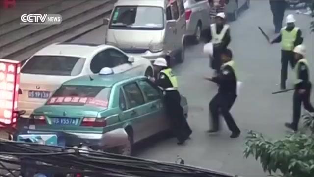 Bị cảnh sát vây hãm, taxi điên cuồng bỏ chạy náo loạn phố 1