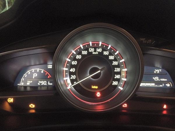 Hàng chục xe Mazda 3 dán băng rôn tố lỗi 'cá vàng' 3