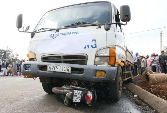 Tai nạn giao thông, cô gái chết thảm dưới gầm xe tải 1