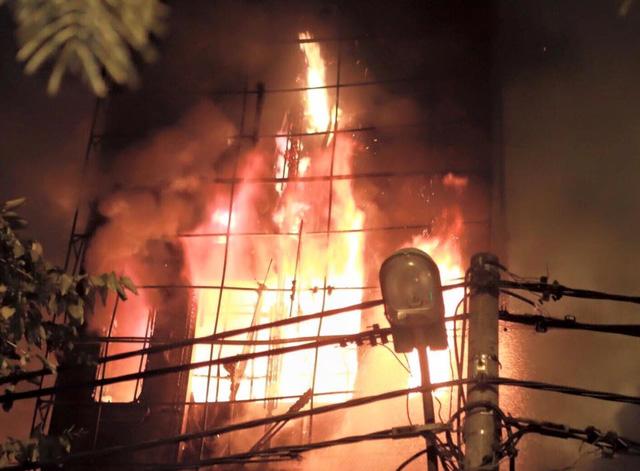 Hà Nội: Cháy lớn 'nuốt chửng' quán karaoke 5 tầng trong đêm 1