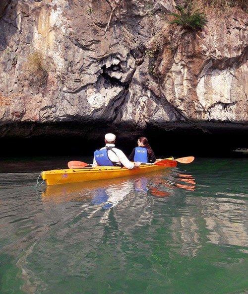 Vợ chồng Angelina Jolie chèo thuyền thăm vịnh Hạ Long 2