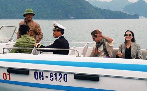 Vợ chồng Angelina Jolie chèo thuyền thăm vịnh Hạ Long 1