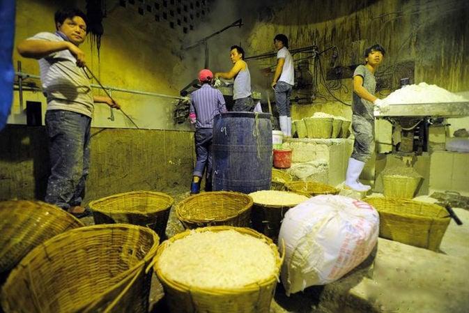 """Trung Quốc: Hàng trăm kg mì """"ngậm"""" hóa chất chết người 2"""